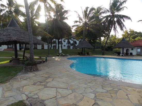 Nyali International Beach Hotel & Spa : Garden and pool