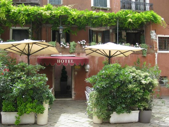 Hotel Locanda Fiorita: Front of B&B where breakfast is served.