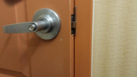 Hampton Inn & Suites Albuquerque - Coors Road: won't latch and lock