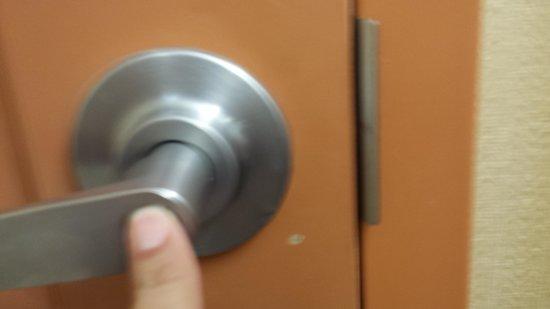 Hampton Inn & Suites Albuquerque - Coors Road: held going 2 restroom trying to lock door