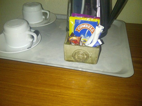 Sheraton Abuja Hotel: Look how dirty and cheap the condiment holder is