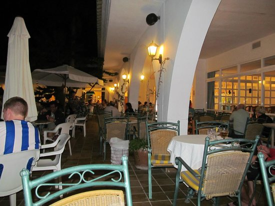Gavimar La Mirada Club Resort: outside seating area