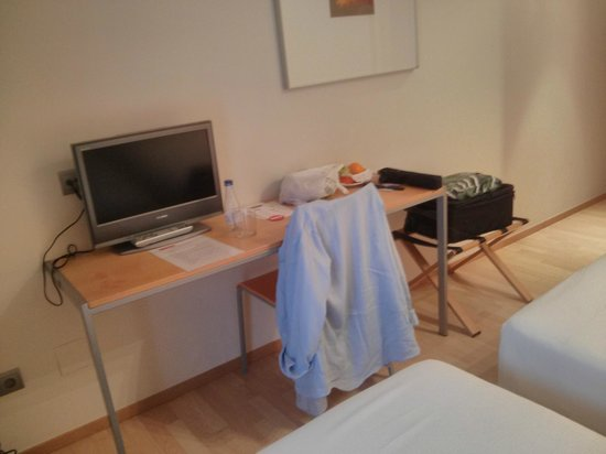 Hotel Arrizul Center: room 4 table TV