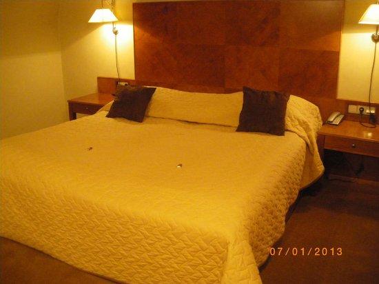 Hotel The Golden Wheel: заправлять постель горничная не умеет, но маленькие шоколадки  кладёт