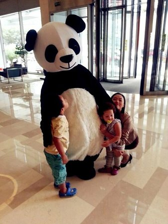 Fraser Suites Chengdu: Panda fun in the lobby