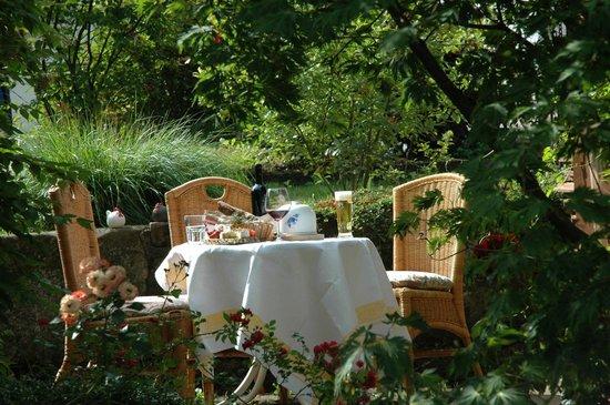 Gutshof - Hotel Waldknechtshof : vor dem Kräutergarten