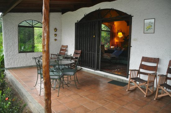 La Mansion Inn Arenal Hotel: private patio with lake view