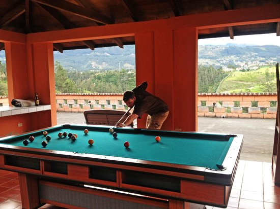 Ventana Bed and Breakfast: playing pool in the mountains