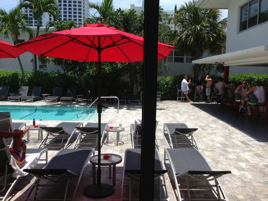 The Royal Palms Resort Bar & Grill: Pool side Bar and Cafe
