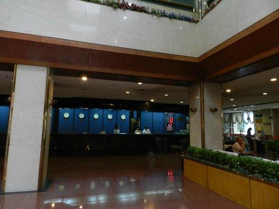 Dynasty Hotel : Comptoir d'accueil