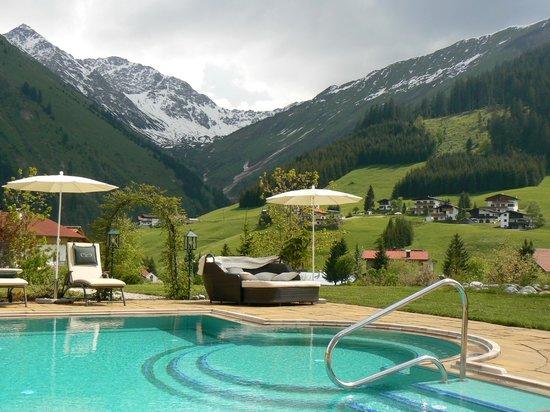 Singer Sporthotel & SPA: Vue des montagnes depuis la piscine extérieure