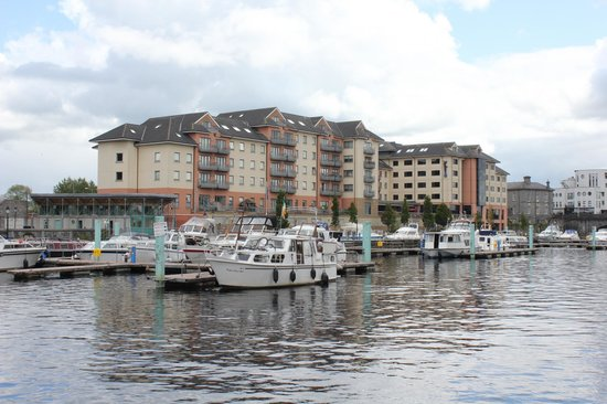 Radisson Blu Hotel, Athlone: Athlone Marina with the Radisson rear right