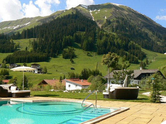 Singer Sporthotel & SPA: Vue des alpages depuis la piscine