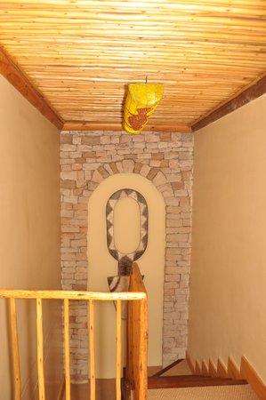 Ikhaya Lodge : Corridor stairacase