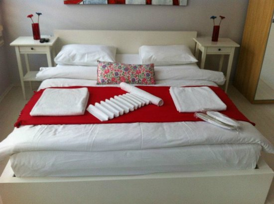 Ada Home Istanbul : Bed decorated with towels