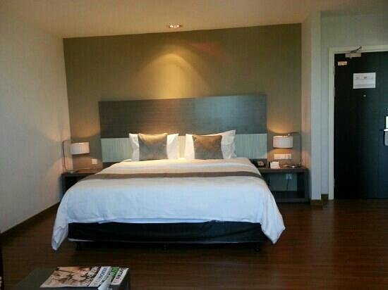 Pullman Kuching: the bed in deluxe king room