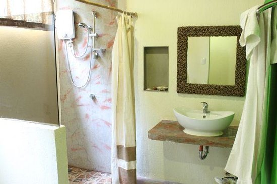 Bale Mi Hotel: Bathroom areas - a little too exposed