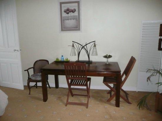 Villa Cote Cour: table du salon