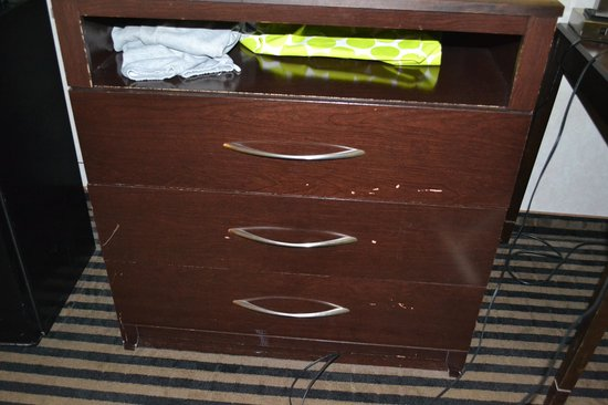 Whitney Inn & Suites : dresser