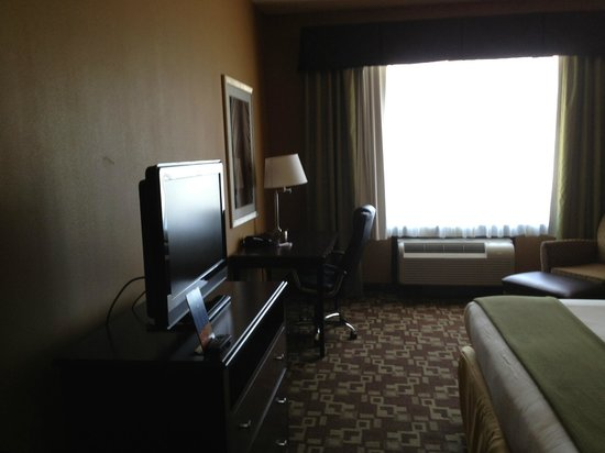 Holiday Inn Express Hotel & Suites Foley: TV and work area