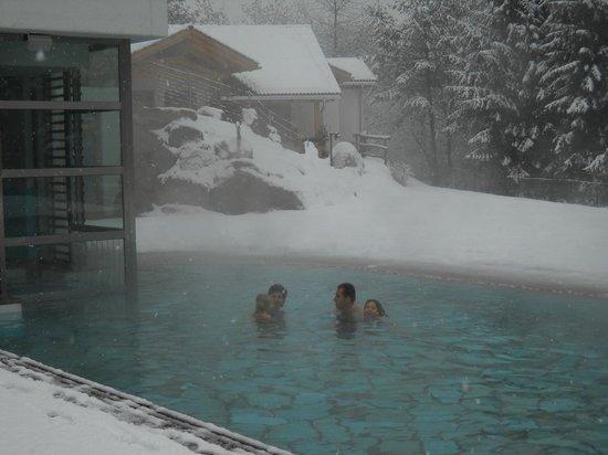 Castelir Suite Hotel: nuotare sotto la neve