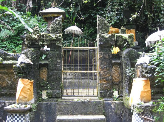 Gitgit Waterfall: Small temple beside waterfall