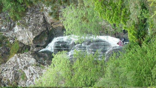 The Falls of Foyers: Aussicht zurück auf den Wasserfall