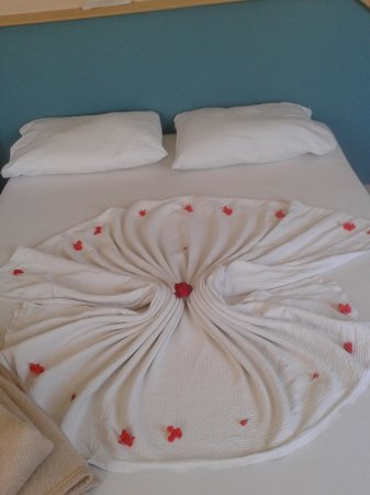 Balkaya Hotel: Flower petals on bed.