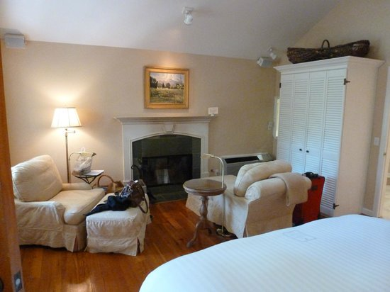 Cottage Grove Inn : Wood burning fireplace