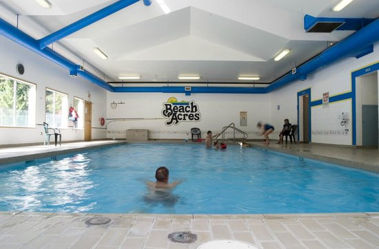 Indoor pool and hot tub picture of beach acres resort parksville tripadvisor for Indoor swimming pools vancouver