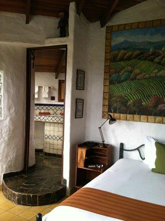 Finca Rosa Blanca Coffee Plantation & Inn: Room looking into bath