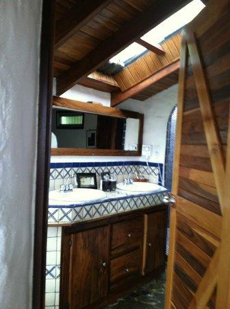 Finca Rosa Blanca Coffee Plantation & Inn: Bathroom with sky light
