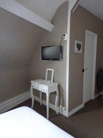 Le Normand : Une autre vue de la chambre la 308 avec coiffeuse et écran plat