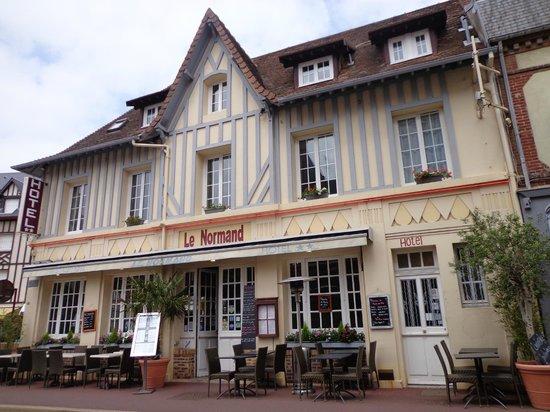 façade de l'hôtel le normand à Houlgate