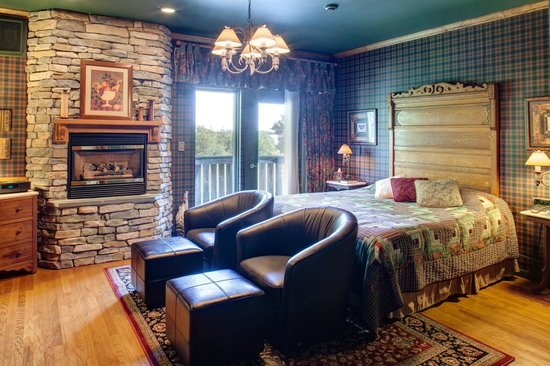 Twin Pine Manor Bed & Breakfast: Country Oak Suite