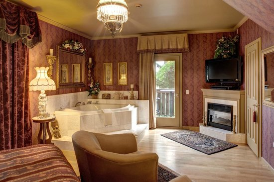 Twin Pine Manor Bed & Breakfast : Victorian Suite