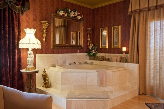 Twin Pine Manor Bed & Breakfast: Victorian Suite Jacuzzi