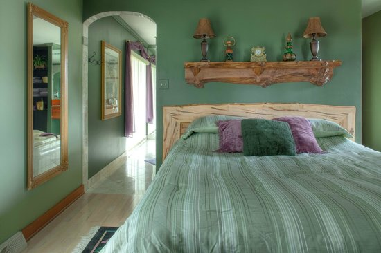 Twin Pine Manor Bed & Breakfast: Grapevine Suite