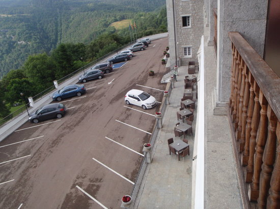 Parador de Vic-Sau: Dining Terrace overlooking Car Park
