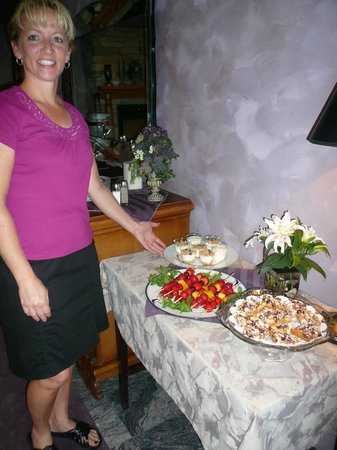 Twin Pine Manor Bed & Breakfast: Breakfast with Brenda