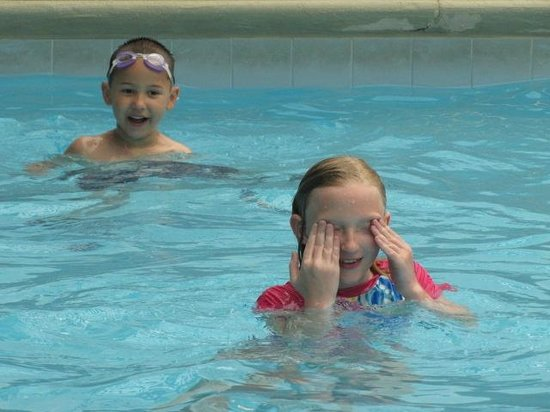 Holiday Inn Express Blowing Rock South : Kids at the pool