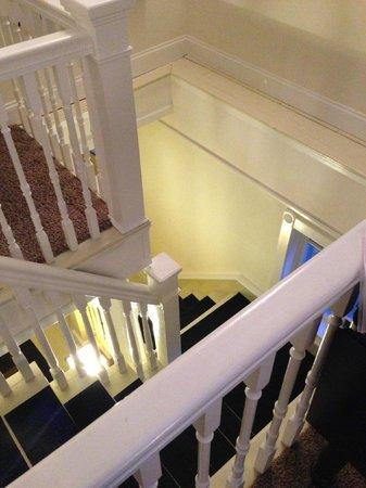Crowne Pointe Historic Inn & Spa: Stairway in penthouse.