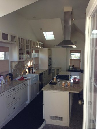 Crowne Pointe Historic Inn & Spa: Another view of stocked penthouse kitchen.