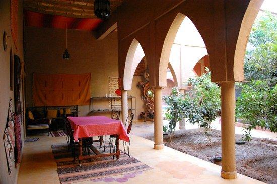 Guest House Merzouga : patio