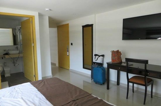 Puertas De Baño Feel:Baño a la izquierda, espejo, tv, escritorio, puerta principal y