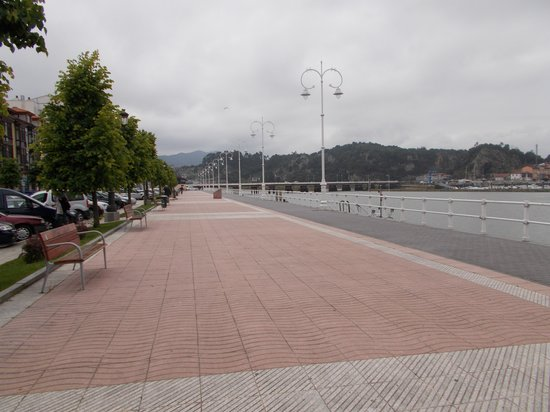 Hotel Ribadesella Playa: promenade in front of hotel