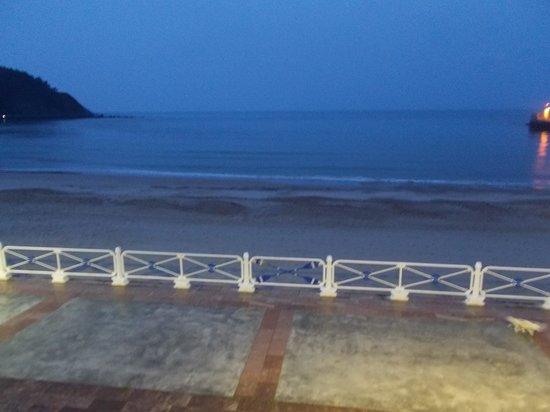 Hotel Ribadesella Playa: beach from room at night
