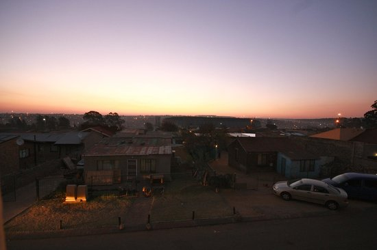 Ntozethu B&B: A view of Soweto during a sunset. Marvellous!