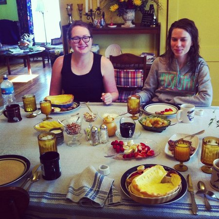 Flavia's Place Bed & Breakfast : Breakfast: Dutch pancakes, sausage and fruit