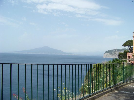 Sorrento Relais: Vesuvius view from bench seats 3 minutes walk from hotel